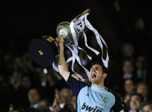 VALENCIA, SPAIN - APRIL 20: Iker Casillas of Real Madrid holds up the Copa del Rey trophy after defeating Barcelona at the Copa del Rey Final between Real Madrid and Barcelona at Estadio Mestalla on April 20, 2011 in Valencia, Spain. Real Madrid won 1-0. (Photo by David Ramos/Getty Images) *** Local Caption *** Iker Casilla;