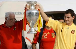 Spain's goalkeeper and captain Iker Casillas (R) and national soccer team coach Luis Aragones hold up the Euro 2008 trophy as the Spanish national soccer team arrive at Madrid's Barajas airport in this June 30, 2008 file photograph. Aragones, who managed Spain to glory at Euro 2008 and sparked the country's recent golden era in international soccer, died on February 1, 2014, the country's football association said. REUTERS/Sergio Perez/Files (SPAIN - Tags: SPORT SOCCER OBITUARY)